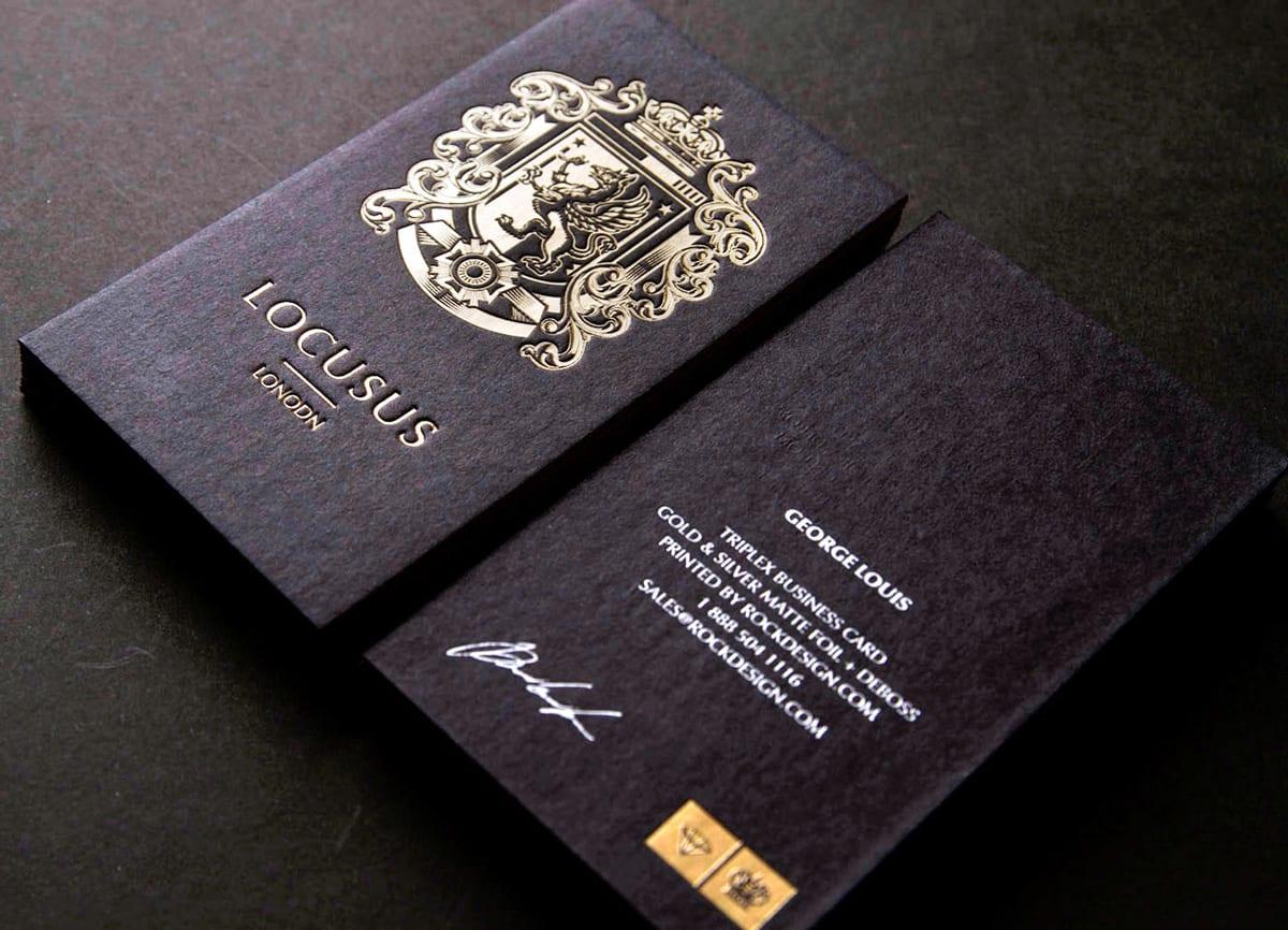 Визитки с шелкографией и тиснением золотом, говорят о бренде ее владельца