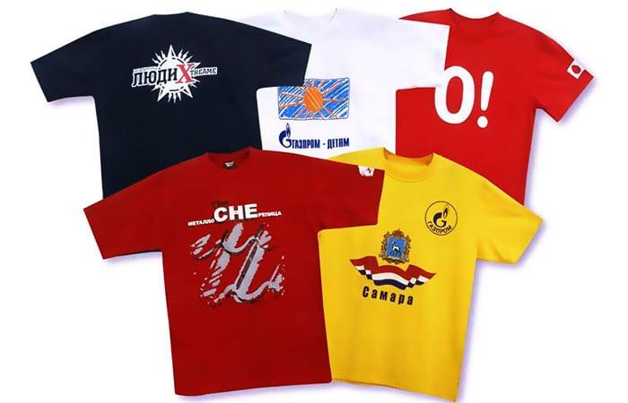 Футболки разных цветов с логотипом
