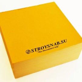 Печать кубариков с логотипом на желтой бумаге