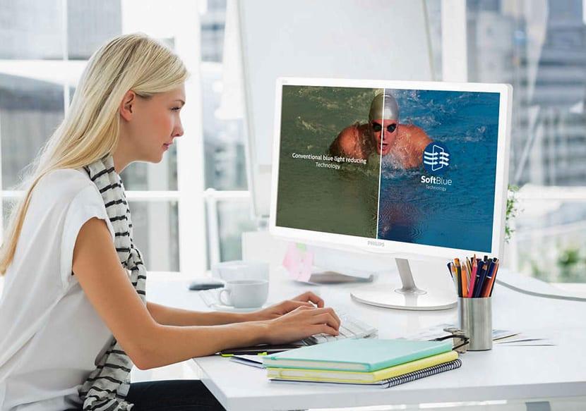 Девушка дизайнер отправляет в печать журнал с компьютера