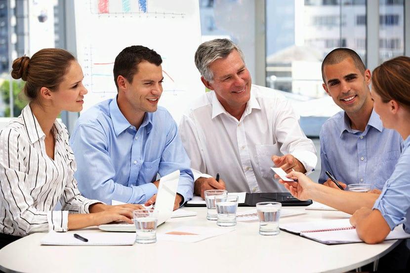 Обмен корпоративными визитками на деловой встрече