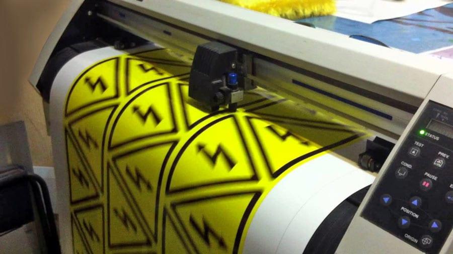Плотерная печать самоклеящихся наклеек на пленке с последующей высечкой