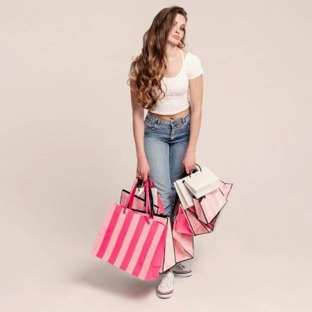Девушка с пакетами